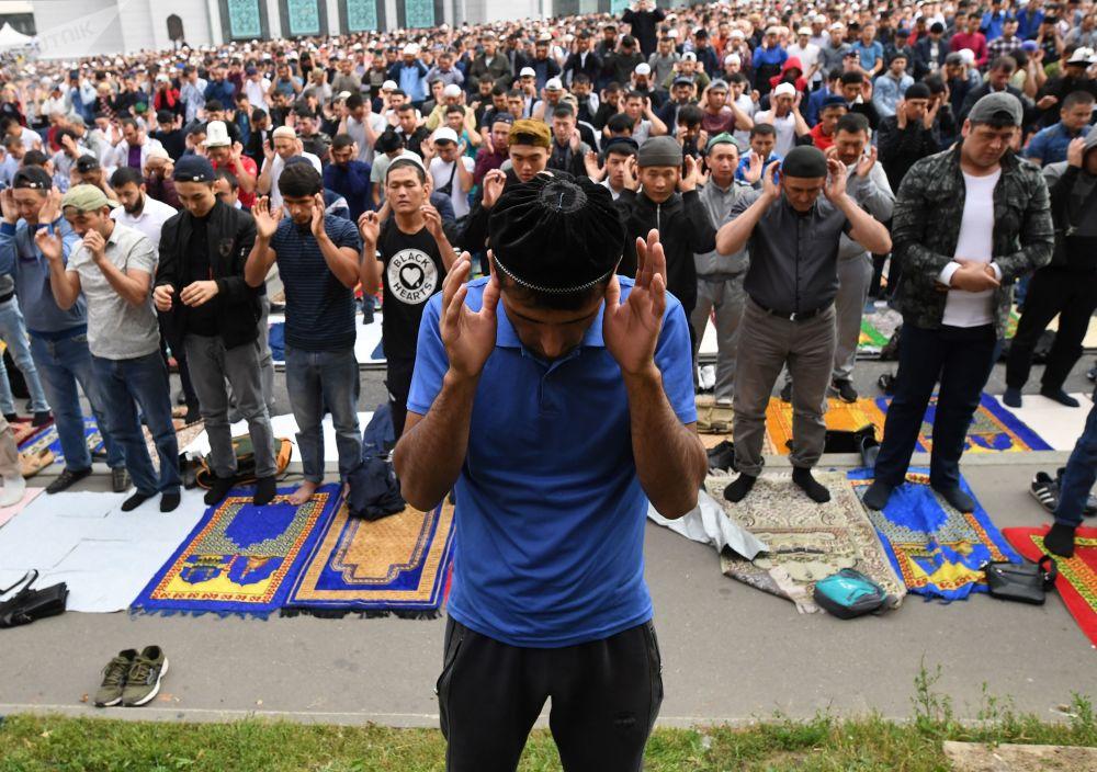 Modlący się ludzie pod Meczetem Katedralnym w Moskwie