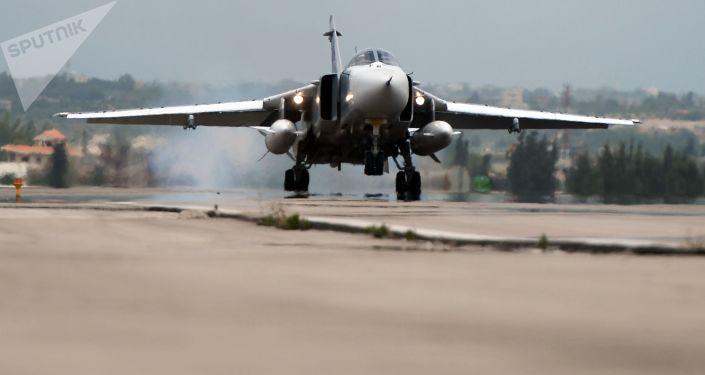 """Rosyjski samolot Su-24 ląduje w bazie lotniczej """"Hmeimim"""" w Syrii"""