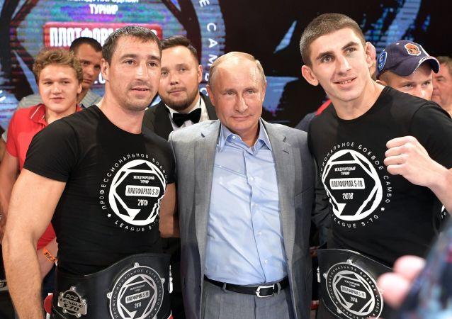 Władimir Putin na ceremonii nagrodzenia zwycięzców na międzynarodowym turnieju sambo