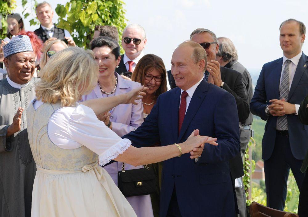 Władimir Putin na weselu szefowej austriackiego MSZ Karin Kniceil