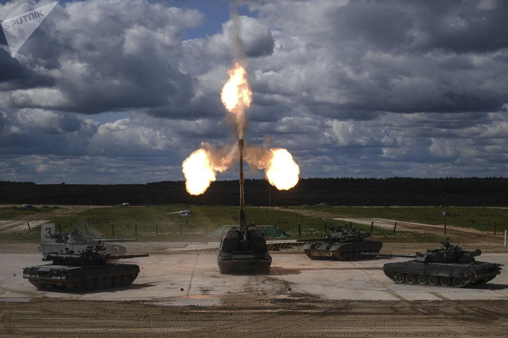Czołgi T-90 i samobieżna instalacja artyleryjska (ACS) Msta-S na IV Międzynarodowym Forum Wojskowym Armia-2018