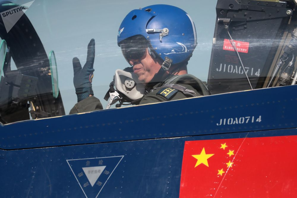 Pilot w wielozadaniowym myśliwcu czwartej generacji 6XJ-10 powietrznego zespołu akrobacyjnego Chińskiej Republiki Ludowej Pierwszy sierpień