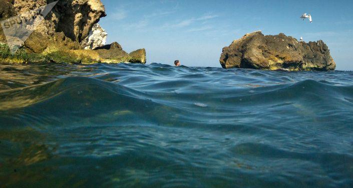 Chłopiec pływa w Morzu Azowskim. Zdjęcie archiwalne