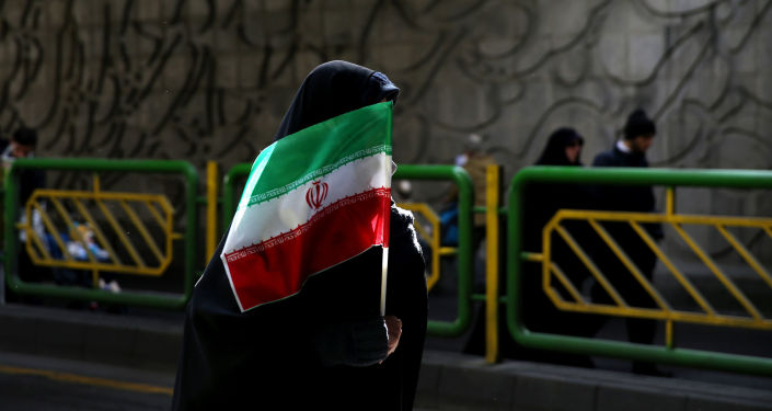 Kobieta z flaga Iranu na ulicy Teheranu