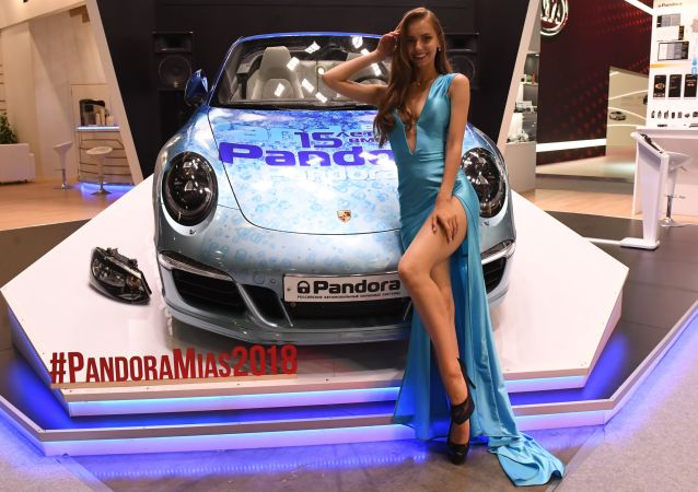 Modelka na stoisku firmy Pandora na Międzynarodowym Salonie Samochodowym w Moskwie