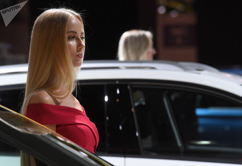 Modelki na stoisku firmy Lifan na Międzynarodowym Salonie Samochodowym w Moskwie