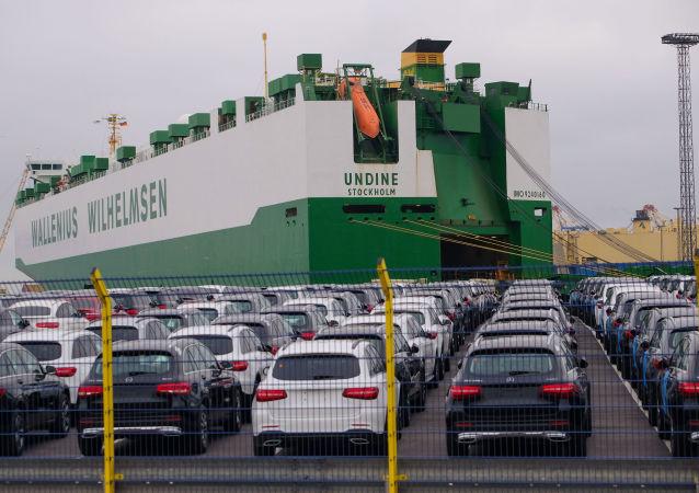 Samochody Mercedes-Benz czekają na załadunek w niemieckim porcie Bremerhaven