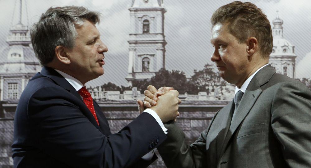 Dyrektor generalny koncernu Shell Ben van Beurden i prezes zarządu Gazpromu Aleksiej Miller