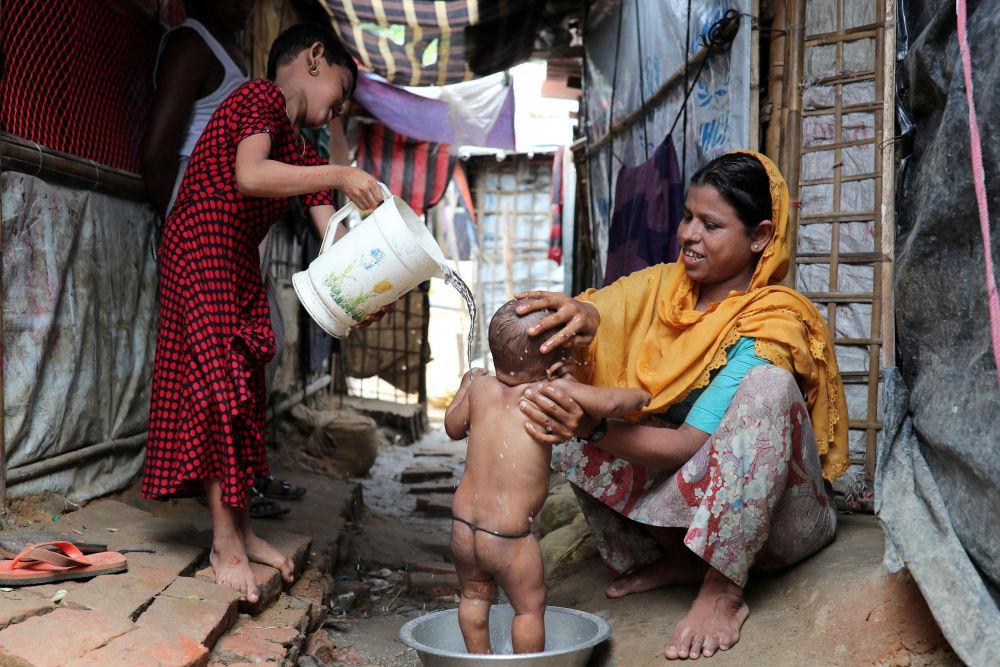 Kobieta Rohingya myje swoje dziecko w obozie dla uchodźców Kutupalong w Bangladeszu