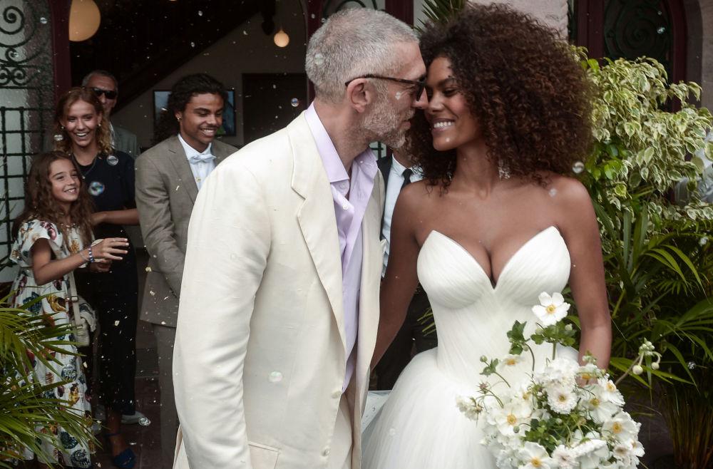 Francuski aktor Vincent Cassel i francuska modelka Tina Kunakey podczas ceremonii ślubnej Bidarte we Francji