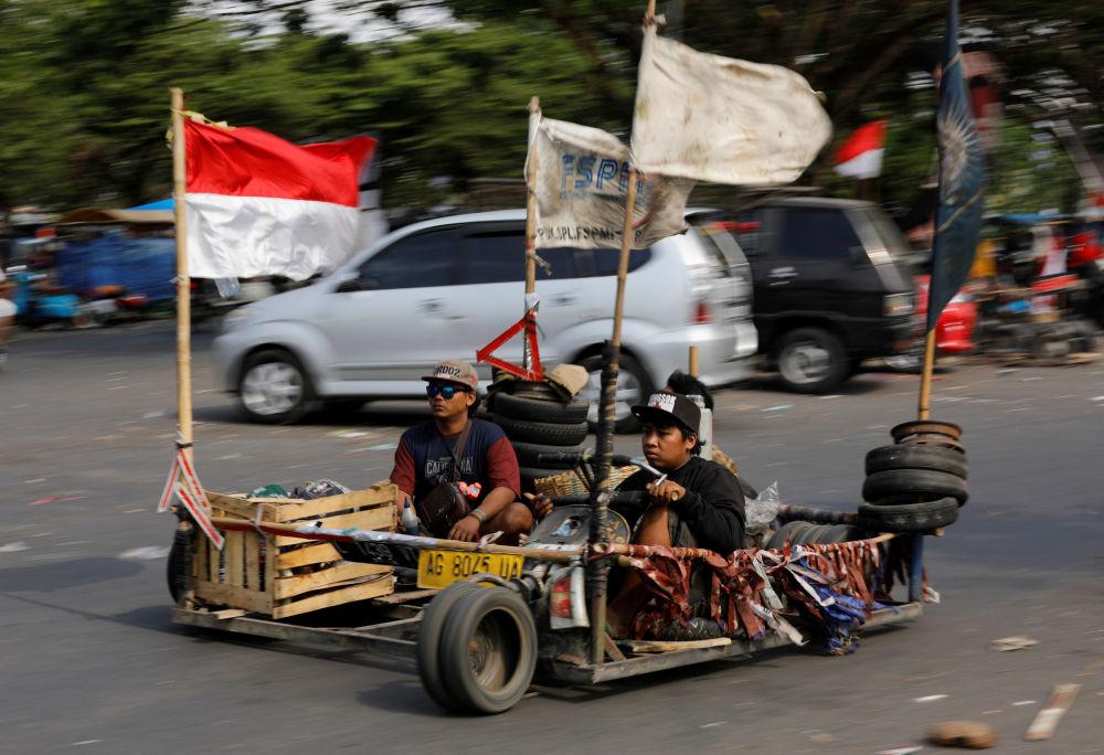 Uczestnicy festiwalu skuterów w Kediri w Indonezji
