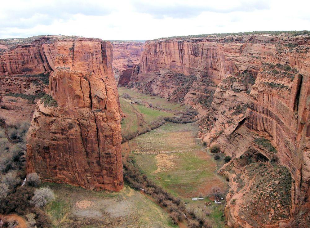 Kanion De Chelly, położony w północno-zachodniej części Arizony w USA