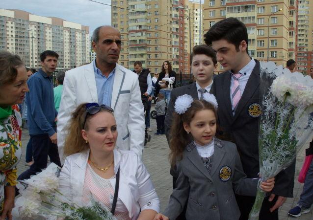 Irina Barakat z mężem i dziećmi na szkolnym apelu 1 września w szkole w Petersburgu