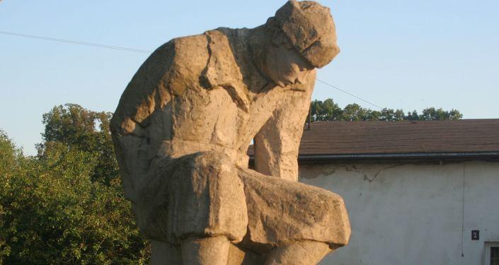 Pomnik we wsi Starzyński Dwór