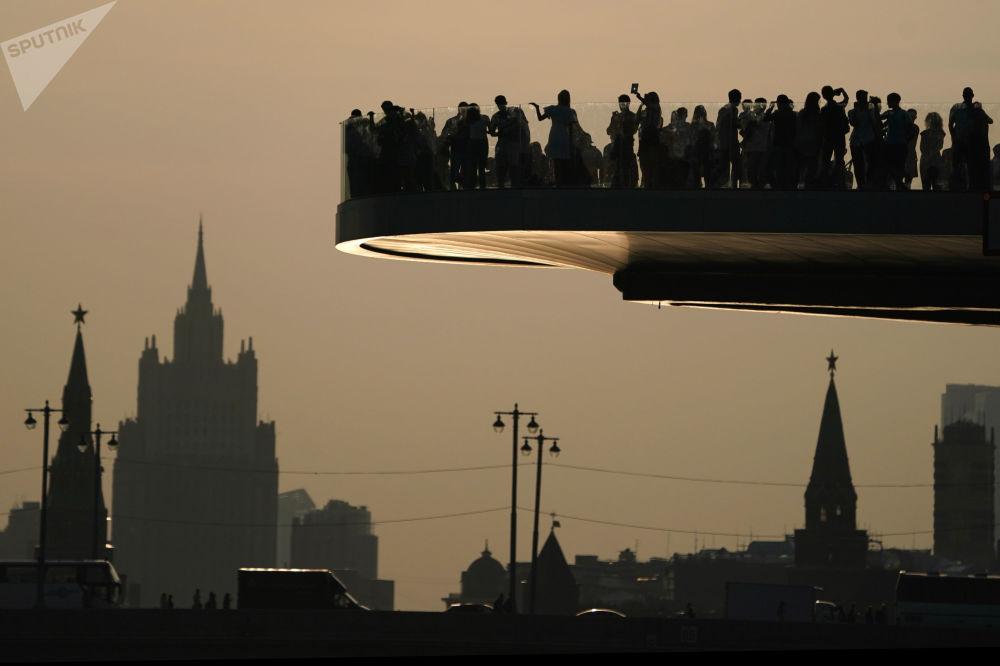 Most widokowy w moskiewskim parku Zarjadje