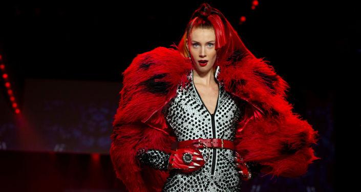 Modelka prezentuje kolekcję projektanta The Blonds podczas Tygodnia Mody w Nowym Jorku