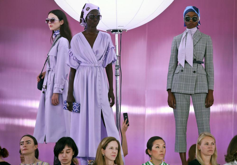 Modelki prezentują kolekcję projektantki Kate Spade podczas Tygodnia Mody w Nowym Jorku