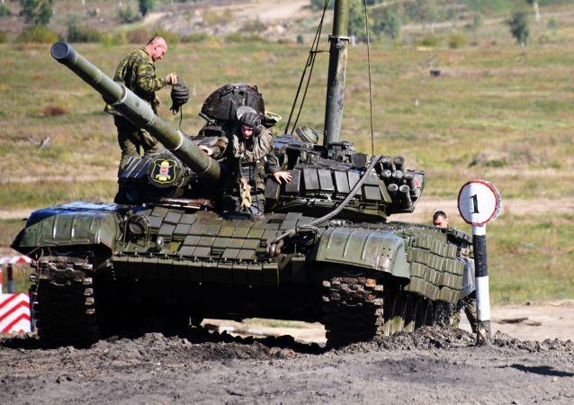 Żołnierze na zajęciach szkoleniowych w zakresie prowadzenia czołgu pod wodą 212. Okręgowego Centrum Szkoleniowego Wojsk Pancernych Wschodniego Okręgu Wojskowego