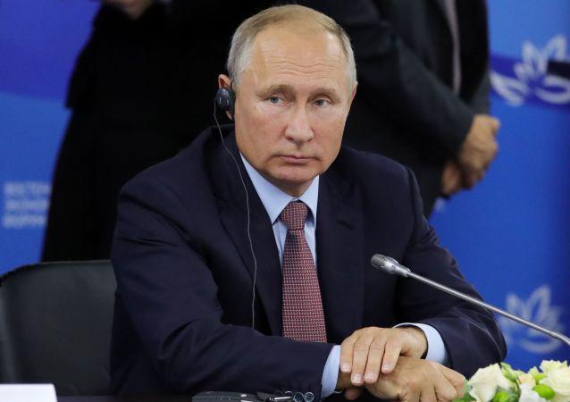Prezydent Rosji Władimir Putin podczas spotkania z przedstawicielami zagranicznych środowisk biznesowych w ramach IV Wschodniego Forum Ekonomicznego na terytorium Dalekowschodniego Uniwersytetu Federalnego na wyspie Russkij