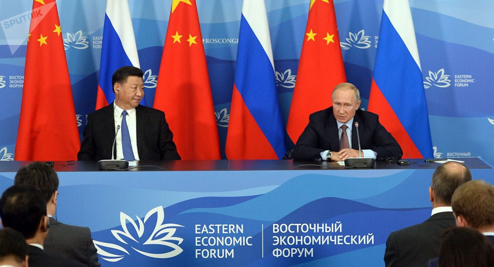 Prezydent Rosji Władimir Putin i przewodniczący ChRL Xi Jinping na konferencji prasowej po spotkaniu w kuluarach IV Wschodniego Forum Ekonomicznego
