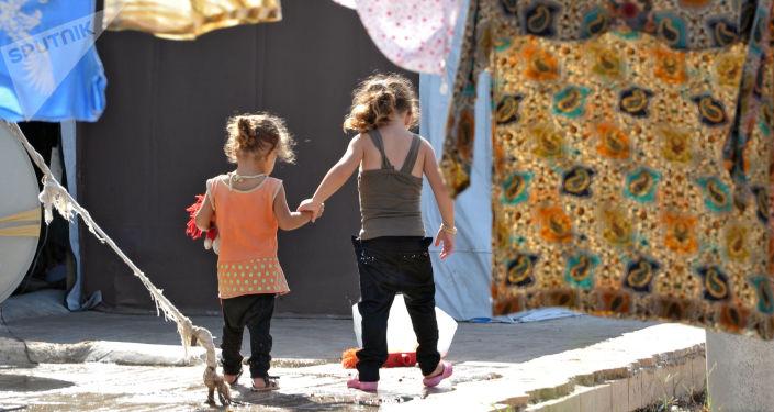 Dzieci w obozie dla wewnętrznych przesiedleńców z ogarniętych wojną wewnętrznych rejonów Syrii w Latakii