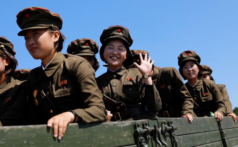 Żołnierki po odwiedzeniu Muzeum Historii Naturalnej w Pjongjangu