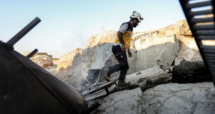 """Aktywiści ruchu """"Białe Hełmy"""" w mieście Tamania w prowincji Idlib w Syrii"""