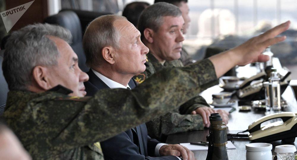 Prezydent Rosji Władimir Putin śledzi przebieg ćwiczeń wojskowych z udziałem rosyjskich, mongolskich i chińskich sił zbrojnych Wostok-2018