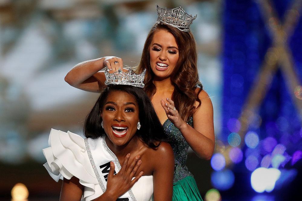 Cara Mund, zwyciężczyni ubiegłorocznego konkursu Miss America, przekazuje koronę tegorocznej finalistce Nia Imani Franklin