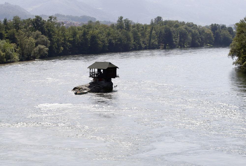 Drewniany domek na rzece Drina w Serbii