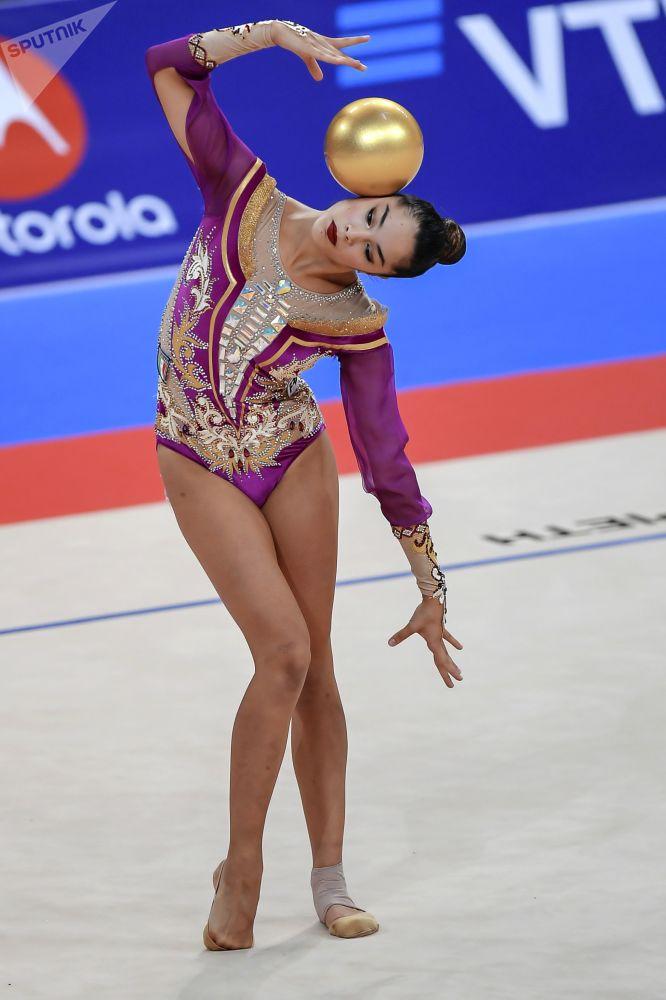 Alexandra Agiurgiuculese (Włochy) wykonuje ćwiczenia w wystąpieniach finałowych z piłką w indywidualnym programie na Mistrzostwach Świata w Gimnastyce Artystycznej w 2018 roku w Sofii