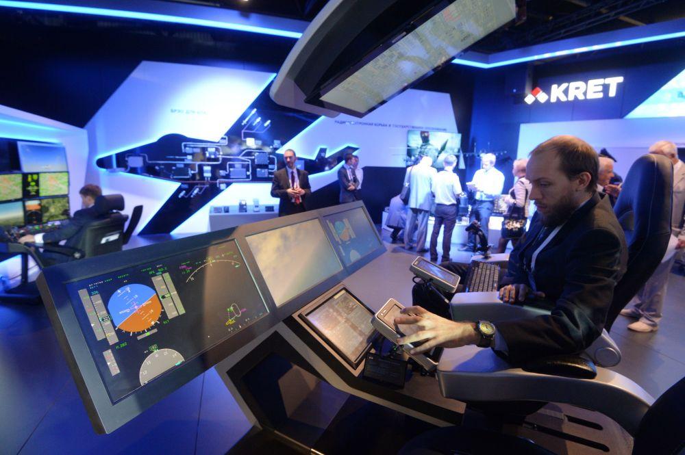 Stoisko rosyjskiego koncernu Technologie Radioelektroniczne na otwarciu Międzynarodowego Salonu Lotniczego i Kosmicznego MAKS-2015