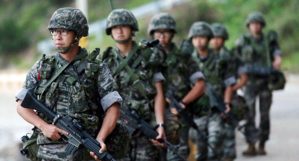 Żołnierze południowokoreańskiej piechoty morskiej patrolują terytorium wyspy Yeonpyeong w pobliżu spornego akwenu Morza Żółtego