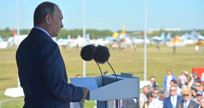 Prezydent Rosji Władimir Putin na ceremonii otwarcia Międzynarodowego Salonu Lotniczo-Kosmicznego MAKS 2015