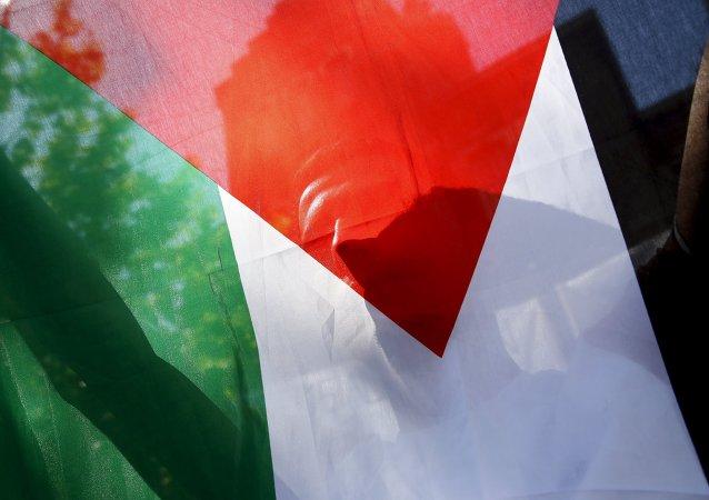 Palestyńczyk z flagą