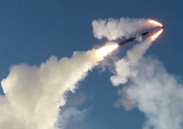 Kadr nagrania przedstawiającego ćwiczenia wojskowe z użyciem systemu rakietowego Bastion w Arktyce