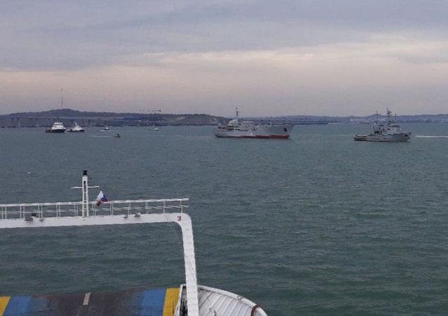 Okręty ukraińskiej marynarki wojennej po przejściu pod łukami Mostu Krymskiego