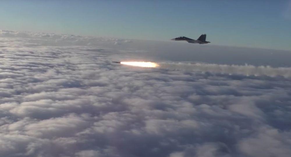 Samoloty Su-30SM w czasie ćwiczeń ze strzelania rakietowego