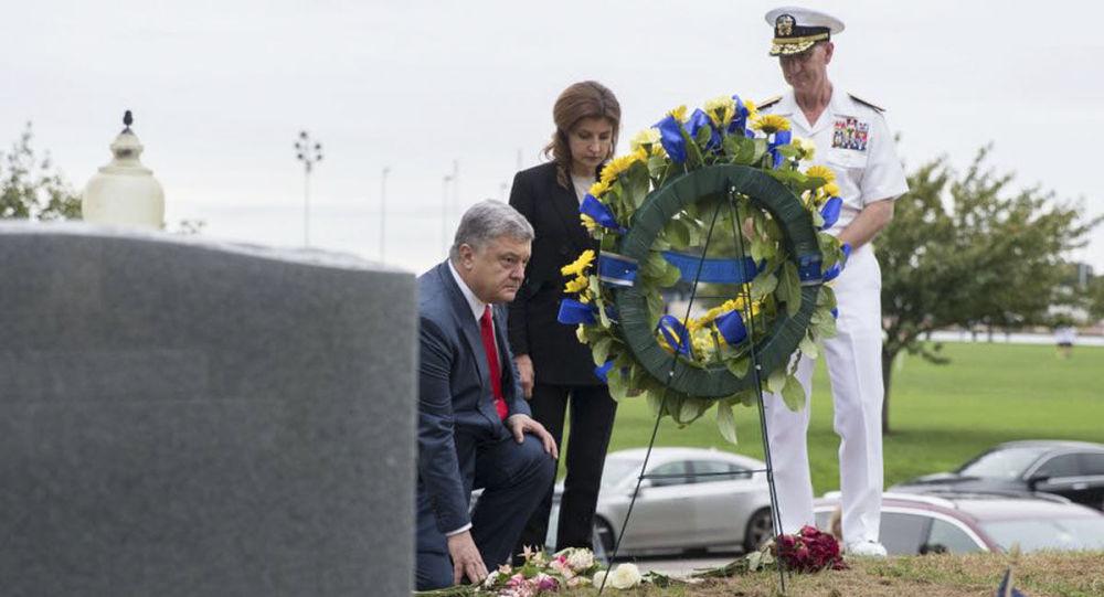 Petro Poroszenko na grobie McCaina