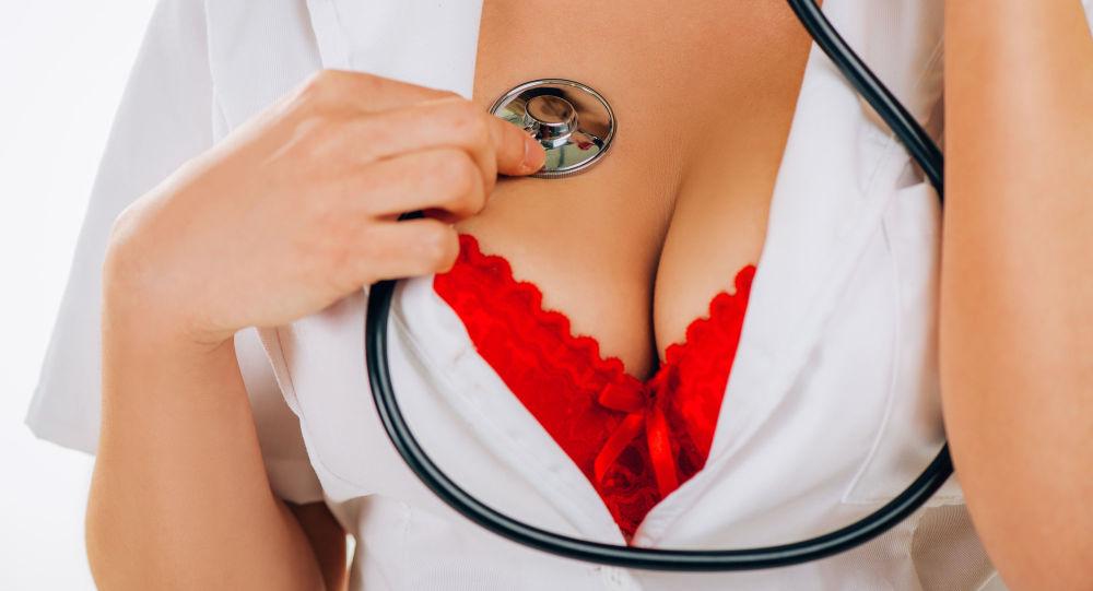 Seksowna pielęgniarka w czerwonym biustonoszu ze słuchawkami