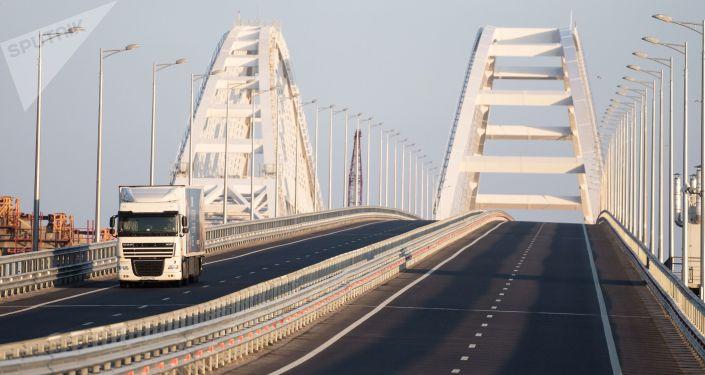 Tir na Moście Krymskim po zniesieniu ograniczeń ruchu pojazdów powyżej 3,5 ton