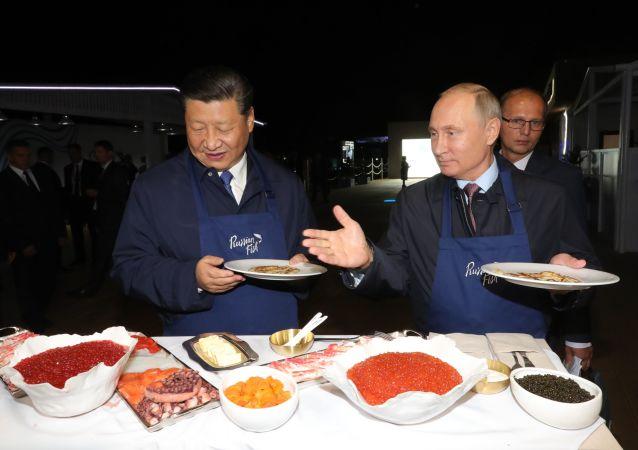 """Prezydent Rosji Władimir Putin i przewodniczący Chin Xi Jinping na wystawie """"Ulica Dalekiego Wschodu"""""""