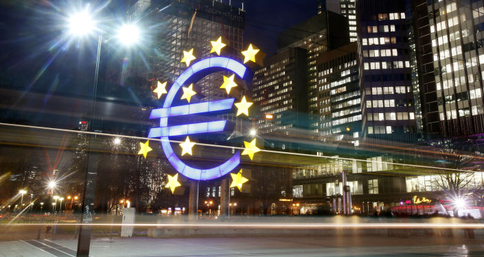 Symbol euro naprzeciwko Europejskiego Banku Centralnego
