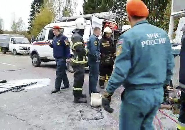 """Ratownicy na miejscu wypadku drogowego z udziałem autobusu i minibusa na 15 km drogi regionalnej """"Twer - Starica"""" w pobliżu miejscowości Nekrasowo"""
