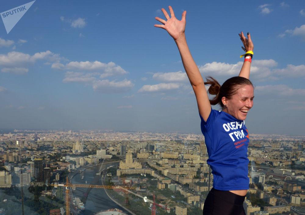 Uczestniczka maratonu cieszy się zwycięstwem na dachu wieżowca