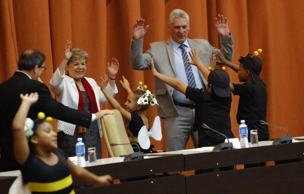 Premier Kuby Miguel Díaz-Canel tańczy z aktorami teatru dziecięcego w Hawanie