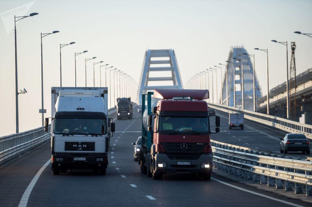 Przez Most Krymski przejechały pierwsze ciężarówki