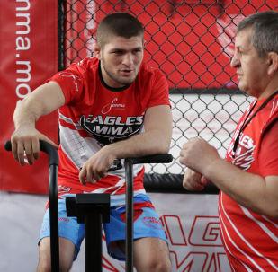 Khabib Nurmagomedov i jego trener Abdulmanap Nurmagomedov podczas treningu w Moskwie