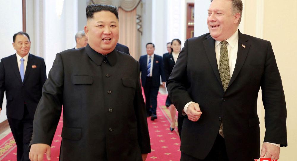 Przywódca KRLD Kim Dzong Un i sekretarz stanu USA Mike Pompeo