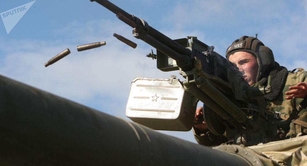 """Żołnierz strzela z karabinu czołgowego """"Utes"""" kalibru 12,7-mm"""